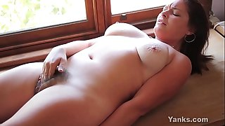 Busty yanks chick sequoia rubs one out
