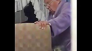 Anciana en mamando en el acilo...