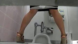 生理中の乙女が中腰で放尿|美しい日本の未来No.05